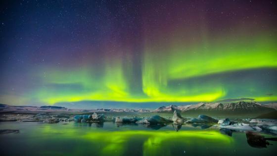 Green polar lights wallpaper