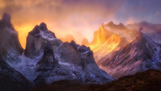 Cloudy Cordillera Paine (Torres del Paine National Park) wallpaper