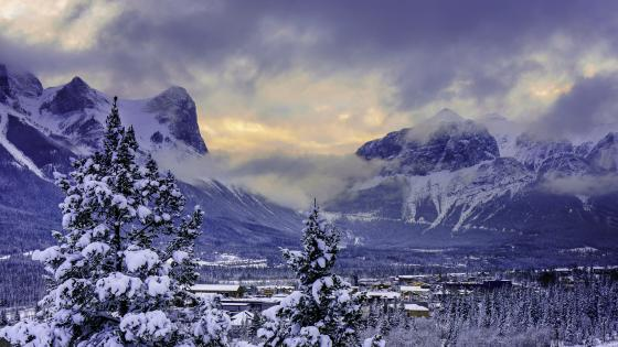 Snowy mountains of the Banff National Park wallpaper
