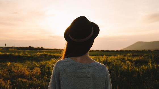 Woman in hat wallpaper