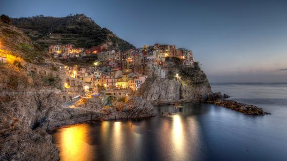 Manarola at dusk (Cineque Terre) wallpaper