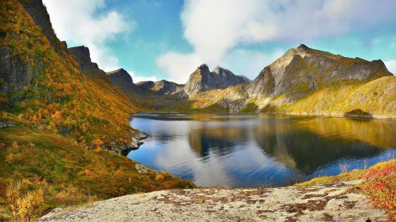 Small lake in the mountains wallpaper