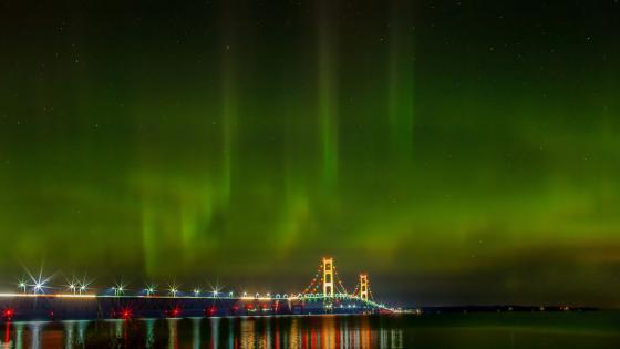 Northern lights over Mackinac Bridge wallpaper