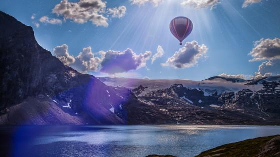 Hot air balloon in the rays wallpaper