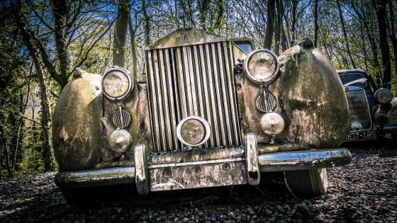 Abandoned rusty antique Rolls Royce wallpaper
