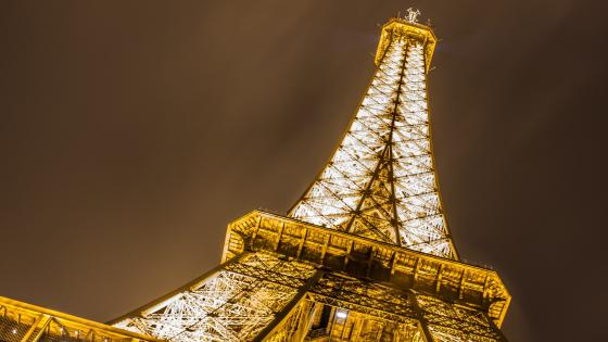 Golden lights of the Eiffel Tower wallpaper