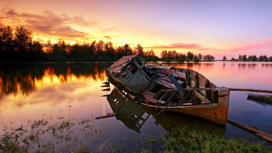 Abandoned boat wreck wallpaper