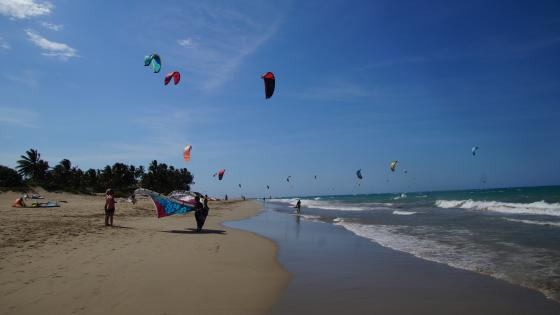 Kitesurfing on strand wallpaper