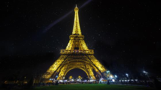 The illuminated Eiffel Tower wallpaper