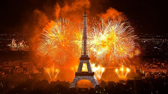 Fireworks at the Eiffel Tower wallpaper