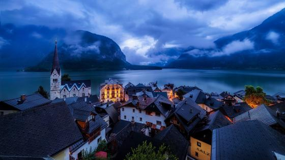 Cloudy Hallstatt and Hallstattersee wallpaper