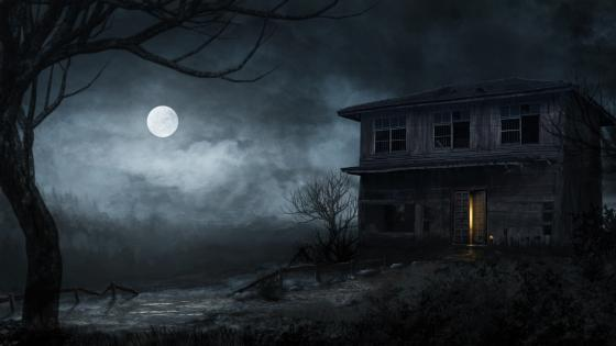 Abandoned haunted house at full moon wallpaper