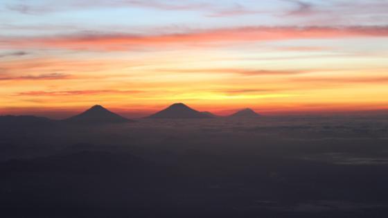 Sunrise of Twins Mount wallpaper