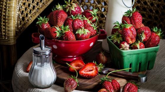 Bright red strawberries wallpaper