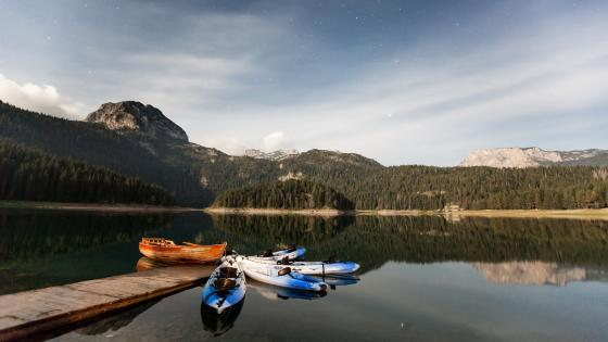 Kayaks on lake wallpaper