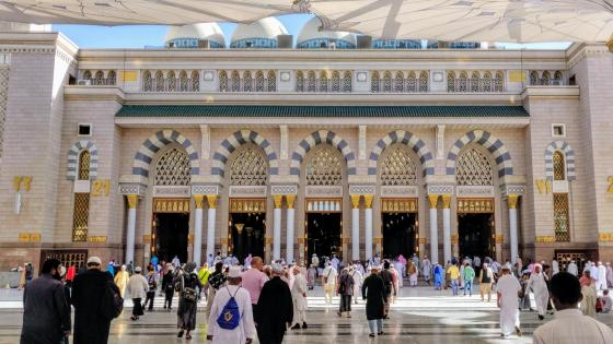 People entering the Prophets Mosque through giant doors wallpaper