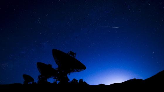 Radio telescopes under the starry night sky wallpaper