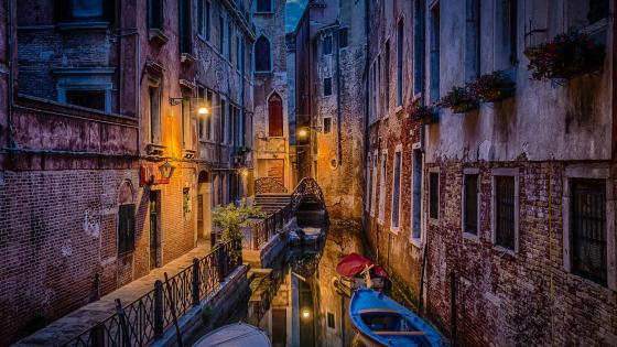 Canal in Venice wallpaper
