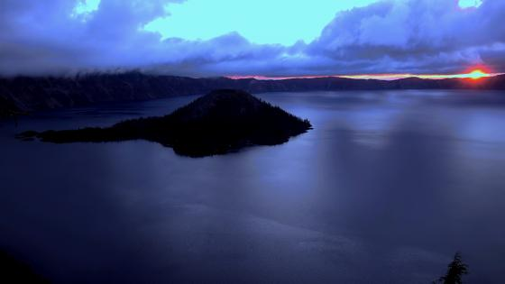 Wizard Island on Crater Lake (Oregon) wallpaper