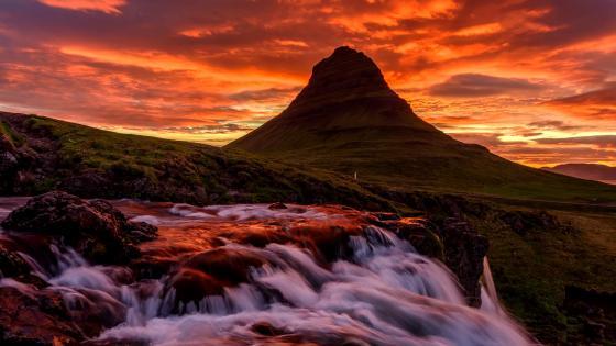 Kirkjufell waterfalls (Kirkjufellsfoss) wallpaper