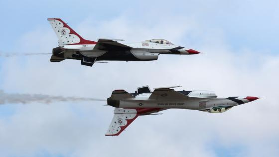 USAF Thunderbirds Performing at JBLM Expo wallpaper