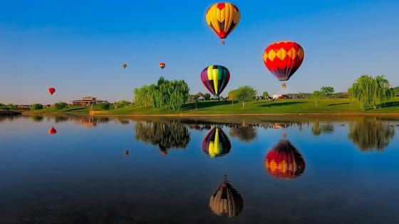 Mit einem Luftballon überm See fliegen wallpaper