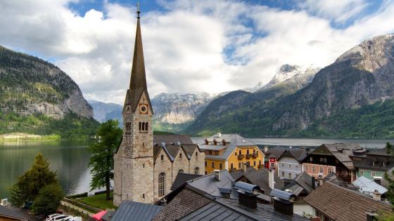 Church in Hallstatt wallpaper