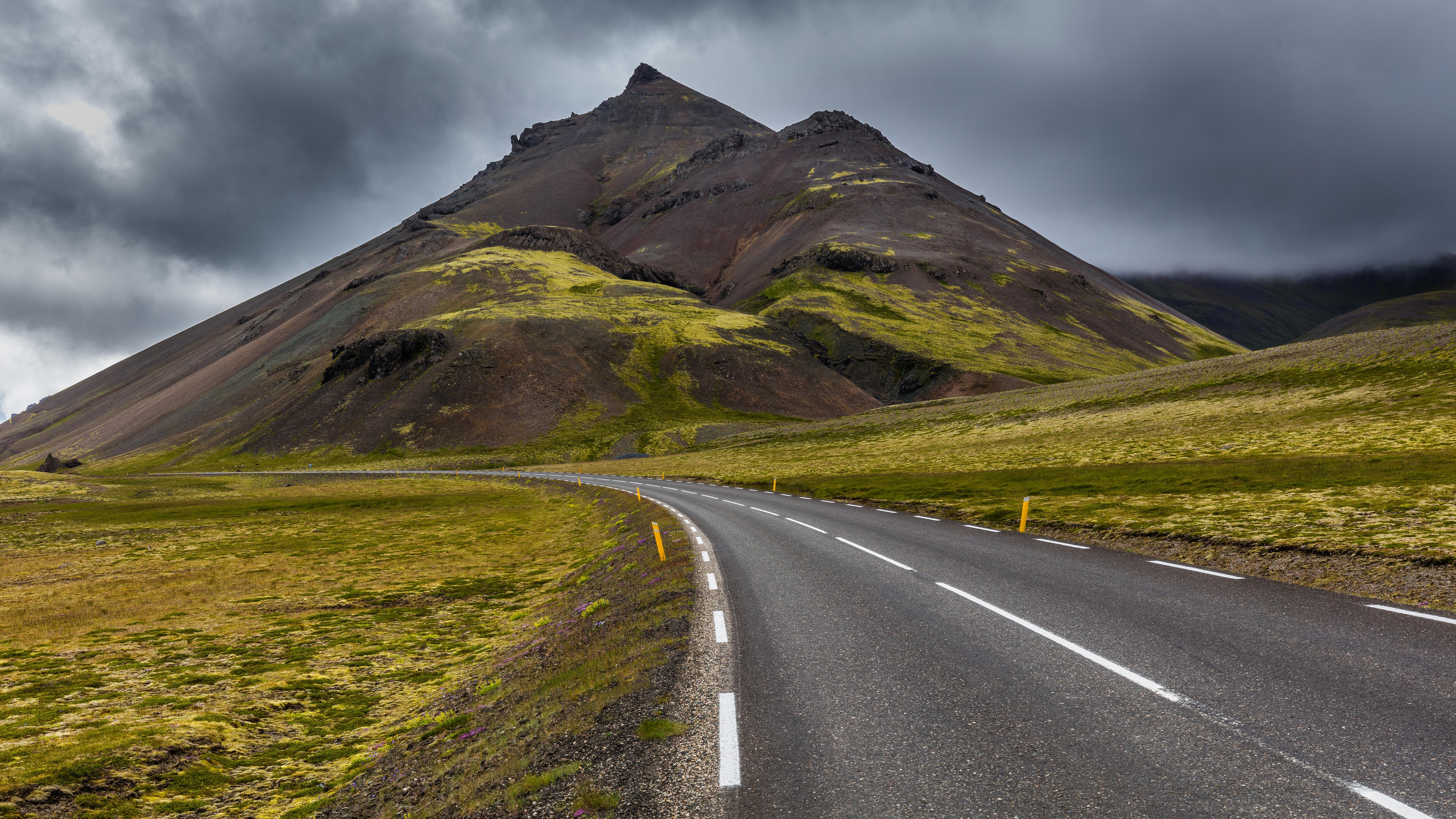 Road in the barren countryside wallpaper